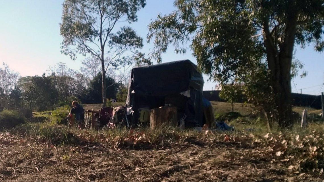 Frío extremo. Familia con niños vive en una barraca frente al río en Juan Lacaze