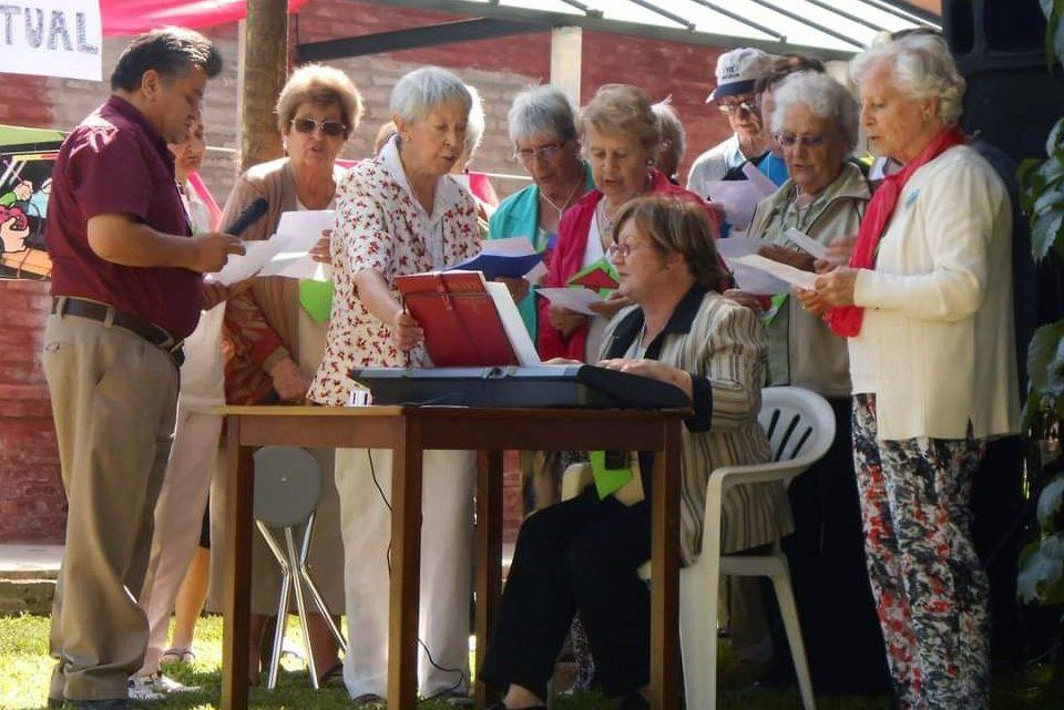 Aliada a los cuidados, música lleva bienestar a los ancianos en Colonia
